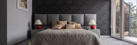 Modernt sovrum med dubbelsäng royaltyfria foton