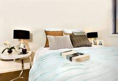 Modernt sovrum med en bok på sängen royaltyfri foto