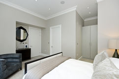 Modernt sovrum med konungformatsäng med lyxigt möblemang Royaltyfri Foto