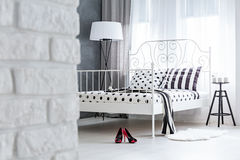 Modernt sovrum med tegelstenväggen Arkivbilder