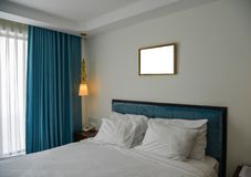 Modernt sovrum på det lyxiga hotellet royaltyfria bilder