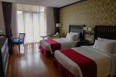 Modernt sovrum på det lyxiga hotellet Fotografering för Bildbyråer