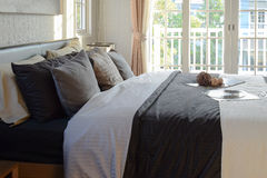 Modernt sovrum som är dekorativt med det bok-, virkning- och grammofonrekordet Arkivfoto