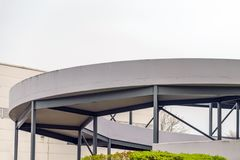 Modernt spiralt parkera garage i northampton UK royaltyfria foton
