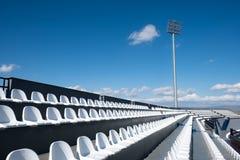 Modernt stadionplatsljus och spår Arkivfoto