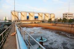 Modernt stads- avloppsvattenreningsverk Royaltyfri Foto