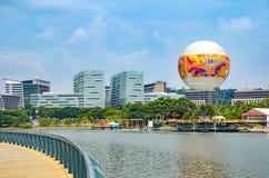 Modernt stadslandskap - dragningsflyget i ballong för varm luft i Skyrides festivaler parkerar Putrajaya Arkivfoton