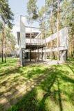 Modernt stilfullt hus i skogen royaltyfri foto