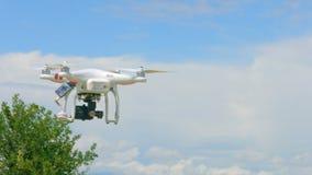 Modernt surrflyg i himmel, yrkesmässig video filmande, innovationteknologi stock video