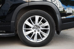 Modernt suvbilhjul på asfaltvägen Arkivfoton