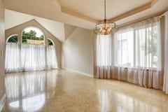 Modernt töm husinre med marmortegelplattagolvet fotografering för bildbyråer