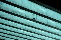 Modernt tak av betongstrålar med takfönster Arkivbild