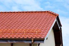 Modernt tak av den röda glasade keramiska tegelplattan Royaltyfria Foton