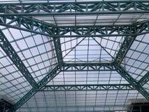 Modernt tak med metallstrukturen arkivfoto