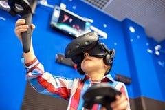 Modernt teknologi-, dobbel- och folkbegrepp - pojke i virtuell verklighethörlurar med mikrofon eller exponeringsglas som 3d spela royaltyfri fotografi