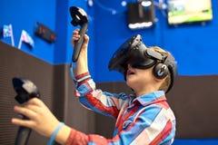 Modernt teknologi-, dobbel- och folkbegrepp - pojke i virtuell verklighethörlurar med mikrofon eller exponeringsglas som 3d spela arkivbilder