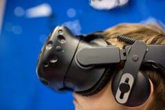 Modernt teknologi-, dobbel- och folkbegrepp - pojke i virtuell verklighethörlurar med mikrofon eller exponeringsglas som 3d spela royaltyfria foton