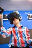 Modernt teknologi-, dobbel- och folkbegrepp - pojke i virtuell verklighethörlurar med mikrofon eller exponeringsglas som 3d spela royaltyfria bilder