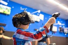 Modernt teknologi-, dobbel- och folkbegrepp - pojke i virtuell verklighethörlurar med mikrofon eller exponeringsglas som 3d spela arkivfoton