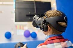 Modernt teknologi-, dobbel- och folkbegrepp - pojke i virtuell verklighethörlurar med mikrofon eller exponeringsglas som 3d spela royaltyfri bild