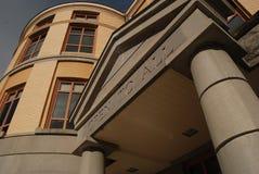 Modernt tillträde för shower för entryway för arkivbyggnad är ` som är öppen till all `, Arkivbild