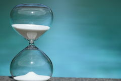 modernt timglas Symbol av tid nedräkning Arkivbild