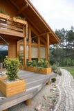 modernt trä för landshus royaltyfri foto