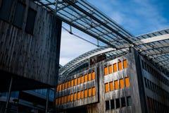 Modernt trä panelled byggnader med fönsterrader och stålstrålar Royaltyfria Foton