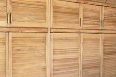 Modernt träkabinett i klassisk lantlig stil Detaljer av garderobfallet med slutareplankadörrar Inre för landshus Royaltyfri Bild