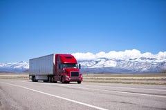 Modernt trans. för ljus röd halv lastbil på spektakulär highw Arkivbilder