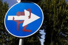 Modernt vägmärke med teckningen av Clet Abraham i Florence, Italien Royaltyfri Fotografi