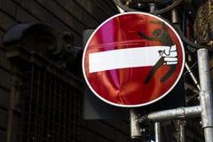 Modernt vägmärke med teckningen av Clet Abraham i Florence, Italien Royaltyfri Foto
