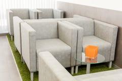 Modernt väntande rum med fåtöljer och tabellen Royaltyfri Foto