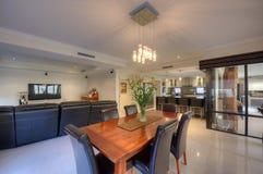 Modernt vardagsrum med den bruna sofaen Arkivfoton