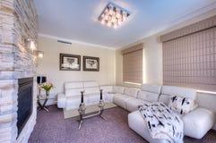 Modernt vardagsrum med den vita sofaen Royaltyfri Foto