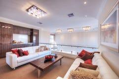 Modernt vardagsrum med den vita sofaen Royaltyfri Bild