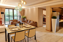 Modernt vardagsrum- och äta middagområde Arkivbilder
