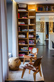 Modernt vardagsrumområde i HERREN F K Savigny hotell Berlin Arkivbild