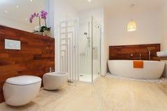 Modernt varmt badrum royaltyfri bild