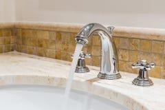 Modernt vattenklapp i badrummet Royaltyfri Foto