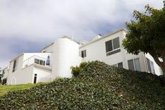 Modernt Vita hus på en kull i Kalifornien Royaltyfri Foto