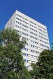 Modernt vitt flerfamiljshus mot blå himmel Arkivfoto