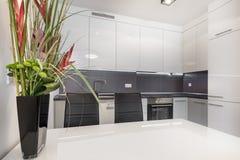 Modernt vitt kök med den vita tabellen royaltyfri foto