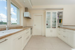 Modernt vitt kök med granitblast Arkivfoto