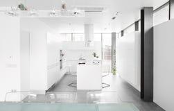 Modernt vitt kök med stilfullt möblemang royaltyfria bilder
