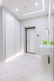 Modernt vitt lägenhethall royaltyfri bild