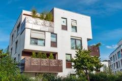 Modernt vitt lägenhethus med metallbalkonger arkivbilder