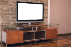 Modernw TVuppsättning med den tomma tomma skärmen på tabellen Arkivbilder