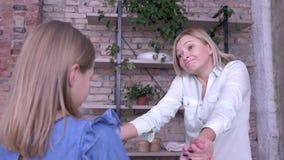 Moderomfamning, lycklig le mamma att ta nöje som pratar och kramar med den lilla dottern, medan koppla av hemma lager videofilmer