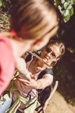 Moderportiondotter som korsar hinder fotografering för bildbyråer